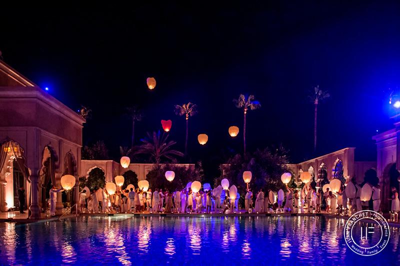 Lâcher de lanterne pour célébrer un mariage dans un palais